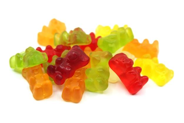 Bunter gummibärchen trägt bonbons isoliert. spaß süßigkeiten makro schuss