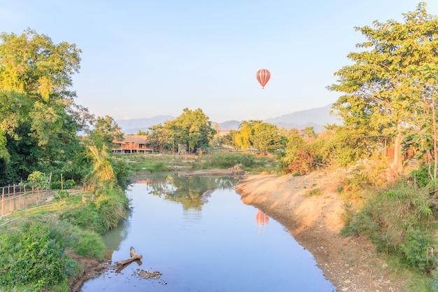 Bunter heißluftballon über berg und liedfluß vangvieng, laos