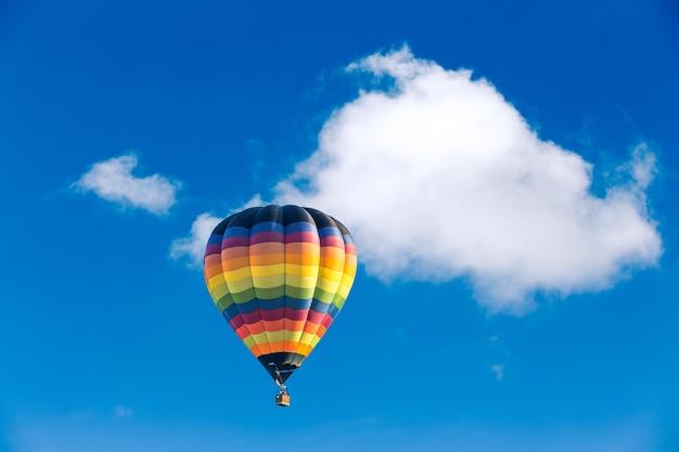 Bunter heißluftballon über blauem himmel