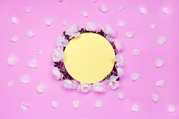 Bunter heller blumenaufbau. feld gebildet von den weißen rosafarbenen blumen und von den blumenblättern