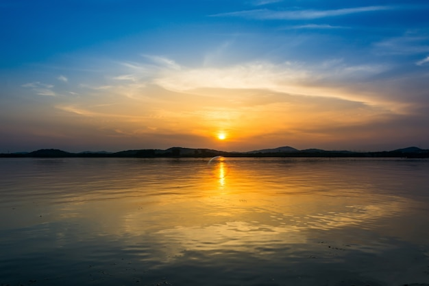 Bunter himmel bei sonnenuntergang auf dem see