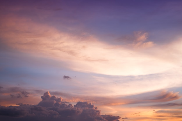 Bunter himmel bei sonnenuntergang. zeit des landschaftshimmels in der dämmerung.