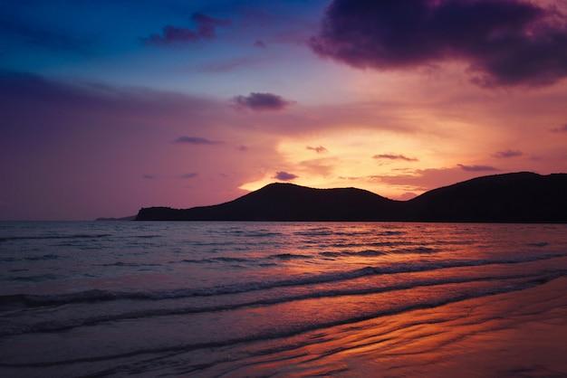 Bunter himmel des schönen strandes der strandsonnenuntergangschattenbildinseln sandigen tropischen seesommers