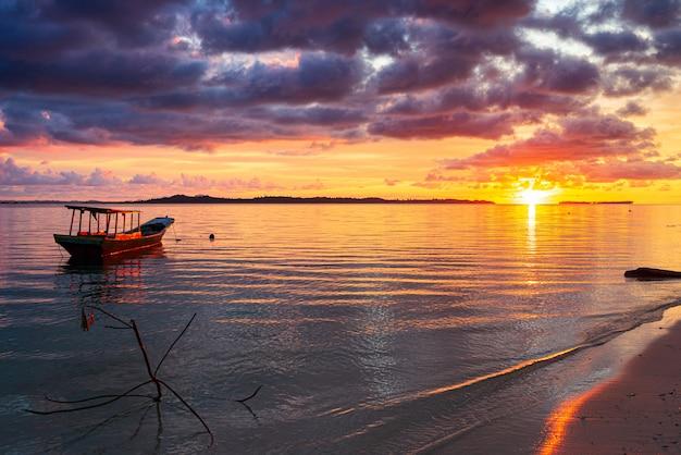 Bunter himmel des sonnenuntergangs auf see, tropischer wüstenstrand, keine menschen, dramatische wolken, wegkommendes reiseziel, indonesien-banyak-inseln