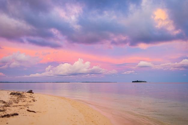 Bunter himmel des sonnenuntergangs auf see, tropischer wüstenstrand, keine menschen, dramatische wolken, wegkommendes reiseziel, indonesien-sumatra-inseln