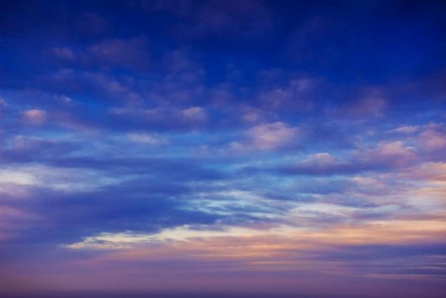 Bunter himmel mit sonnenhintergrund in den bergen