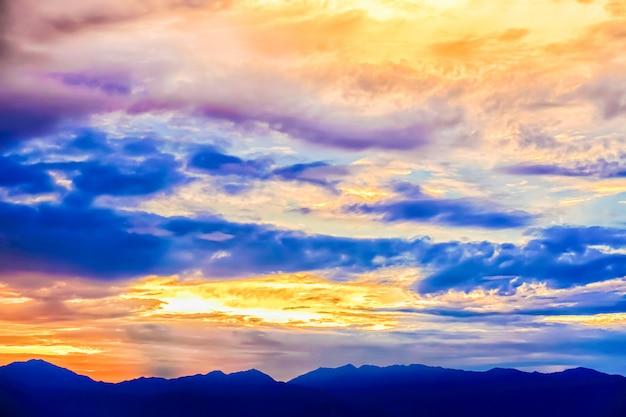 Bunter himmel mit wolken