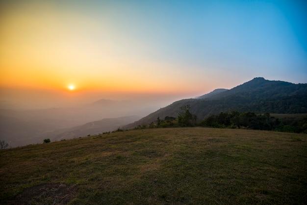 Bunter himmelsonnenaufgang auf gebirgsasien-landschaft