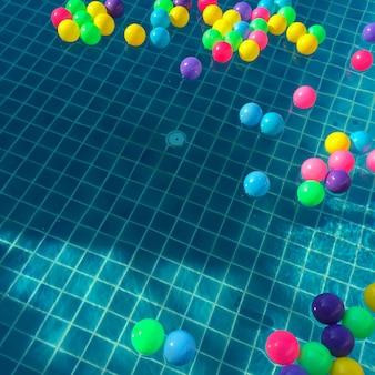 Bunter kleiner ball im swimmingpool.