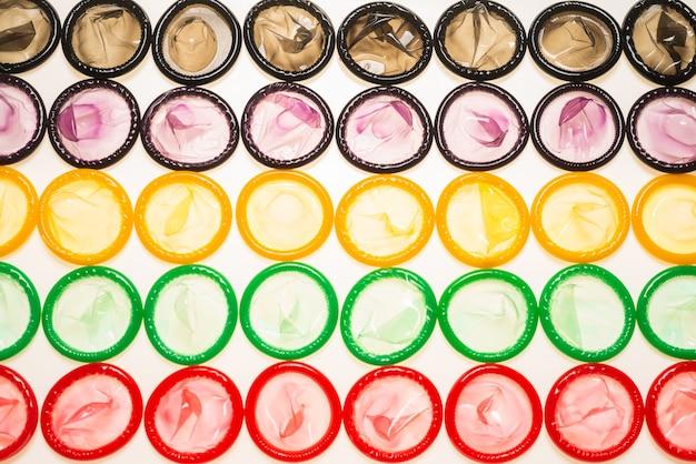 Bunter kondomhintergrund. draufsicht.