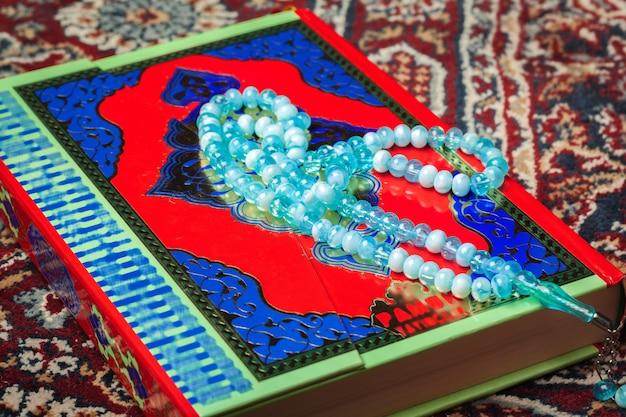 Bunter koran mit rosenkranz. heilige schrift für muslime für ramadan-konzept