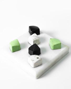 Bunter kunstbonbonschoko, der auf dem weißen boden entworfen wird