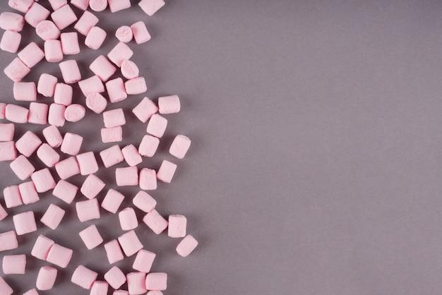 Bunter marshmallow auf grauer papieroberfläche