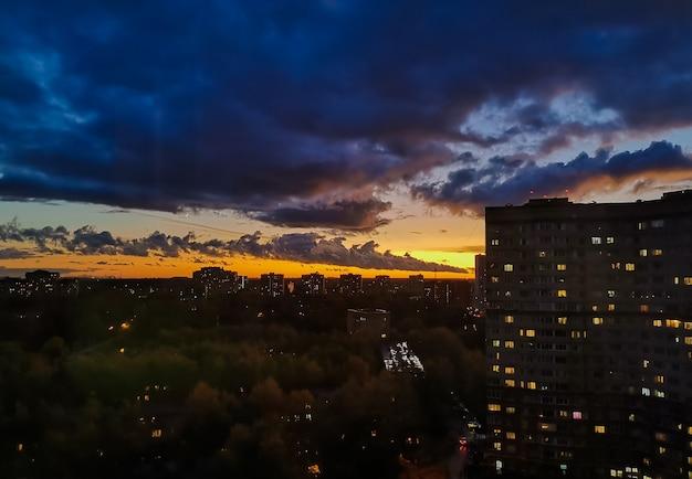 Bunter orange sonnenuntergang über der stadt, orange himmel, beeindruckender himmel