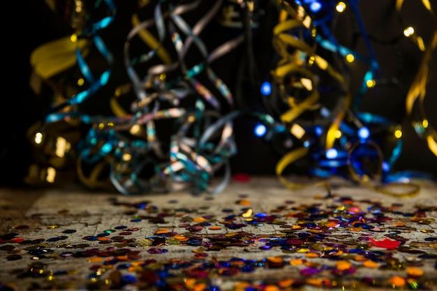 Bunter partyaufbau mit konfetti
