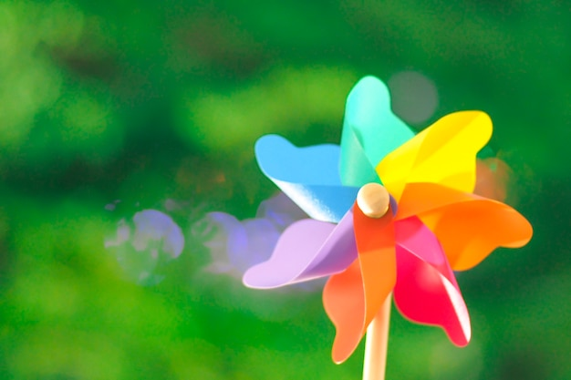 Bunter pinwheel-bokeh-hintergrund des sommers