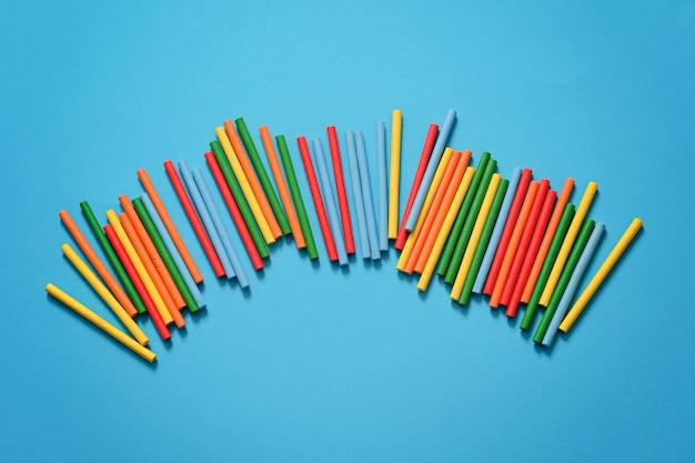Bunter plastikmathematikstab zum lernen der mathematik in der grundschule oder zum zählen der stöcke