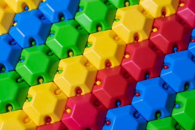 Bunter plastikpuzzlespielerbauer. kann als bunter hintergrund verwendet werden