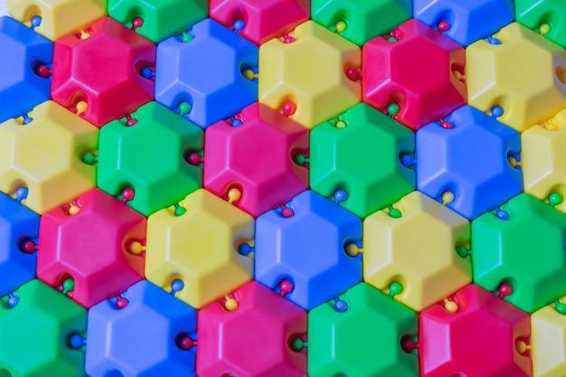 Bunter plastikpuzzlespielerbauer