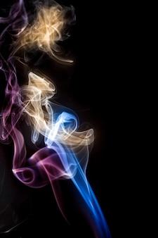 Bunter rauch auf schwarzem hintergrund