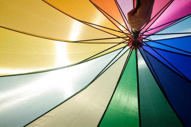 Bunter regenschirm schützt an einem sommertag vor der sonne