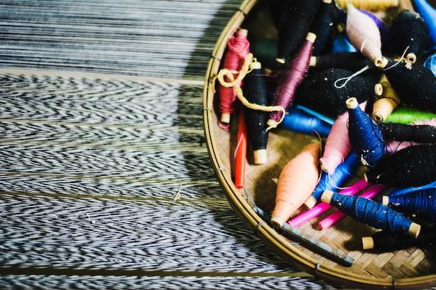 Bunter seidenfaden im korb bereiten sich zur herstellung des thailändischen silk stoffes vor