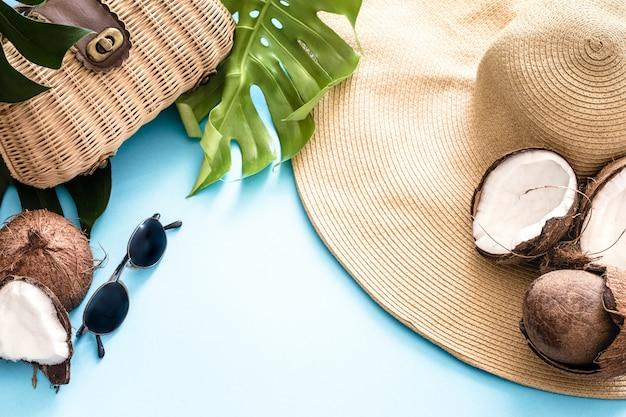 Bunter sommer mit kokosnüssen und strandhut