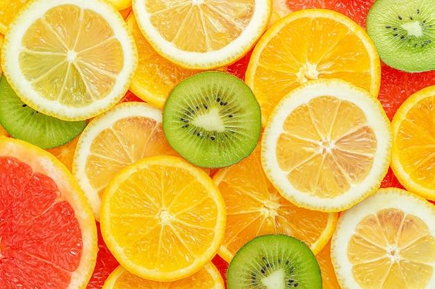 Bunter sommerzitrusfrucht schneidet hintergrund. direkt darüber