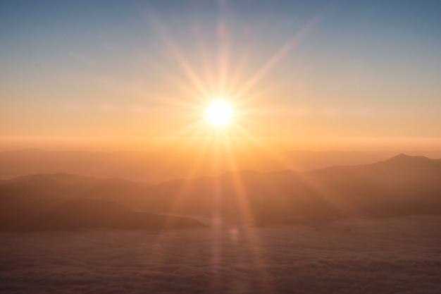 Bunter sonnenaufgang am horizont mit nebel am morgen