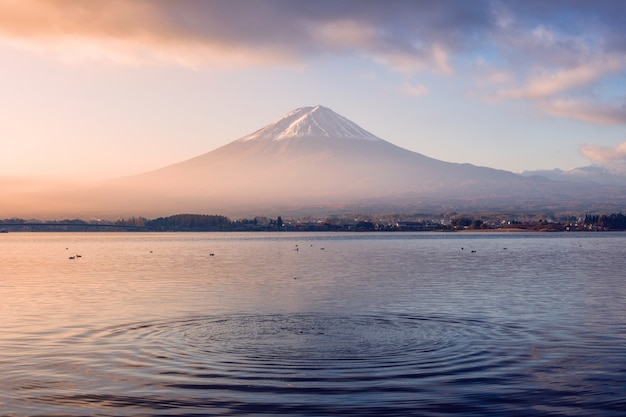 Bunter sonnenaufgang des vulkanbergs fuji mit kräuselungswelle