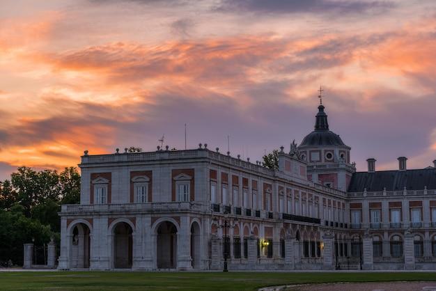Bunter sonnenaufgang über dem historischen palast von aranjuez, spanien