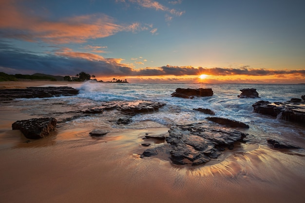 Bunter sonnenaufgang vom sandstrand, oahu, hawaii usa