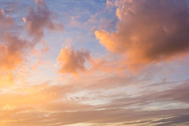 Bunter sonnenuntergang mit wolken