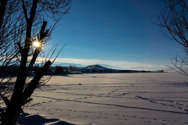 Bunter sonnenuntergang über dem gefrorenen cildir-see, kars - türkei