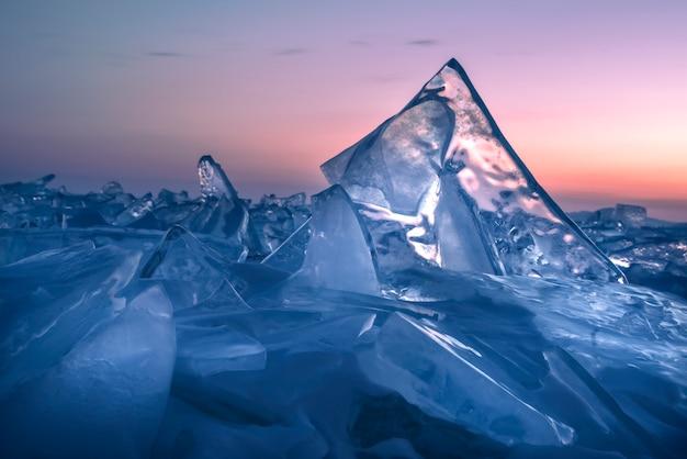 Bunter sonnenuntergang über dem kristalleis des baikalsees. sibirien, russland