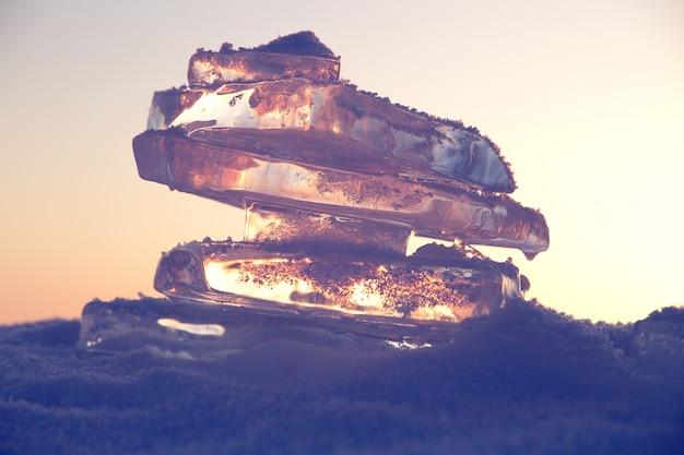 Bunter sonnenuntergang über dem kristalleis vom baikalsee