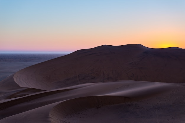Bunter sonnenuntergang über der namibischen wüste, namibia, afrika.