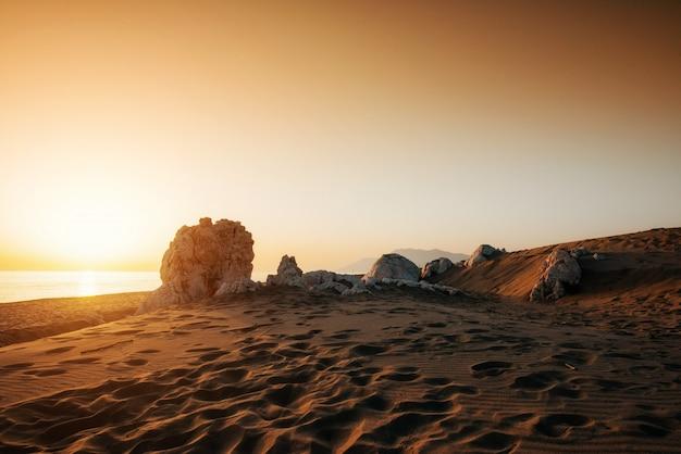 Bunter sonnenuntergang über geheimnisvoller wüste