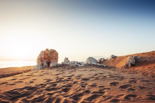 Bunter sonnenuntergang über mysteriöser wüste