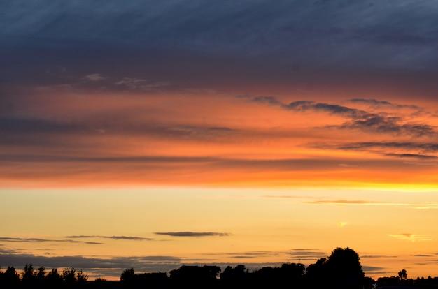 Bunter sonnenuntergang über straße. minimalistisches design. naturhintergrund, landschaft