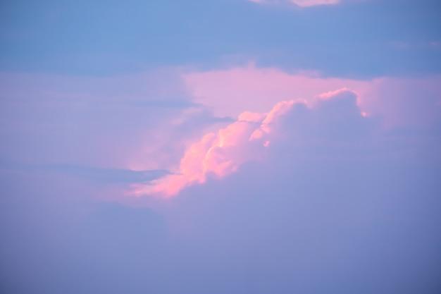Bunter sonnenuntergang und sonnenaufgang mit wolken. blaue und orange farbe der natur. viele weiße wolken am blauen himmel. das wetter ist heute klar. sonnenuntergang in den wolken. der himmel ist dämmerung.