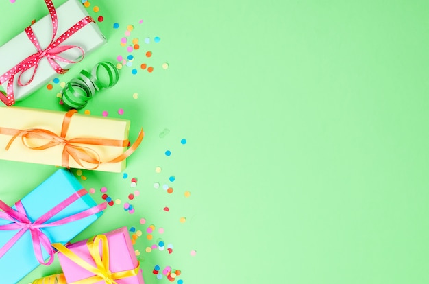 Bunter sortierter confetti mit serpentin und geschenkboxen
