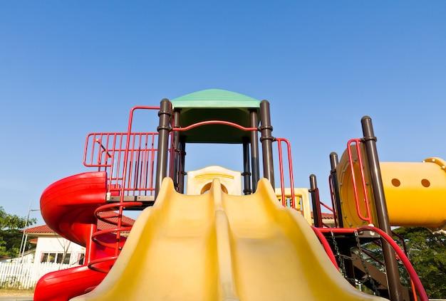 Bunter spielplatz und blauer himmel