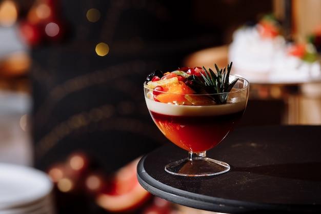 Bunter tisch mit süßigkeiten und leckereien für den hochzeitsfeierempfang, dekoration desserttisch. leckere süßigkeiten am süßigkeitenbuffet. desserttisch für eine party. kuchen, cupcakes.