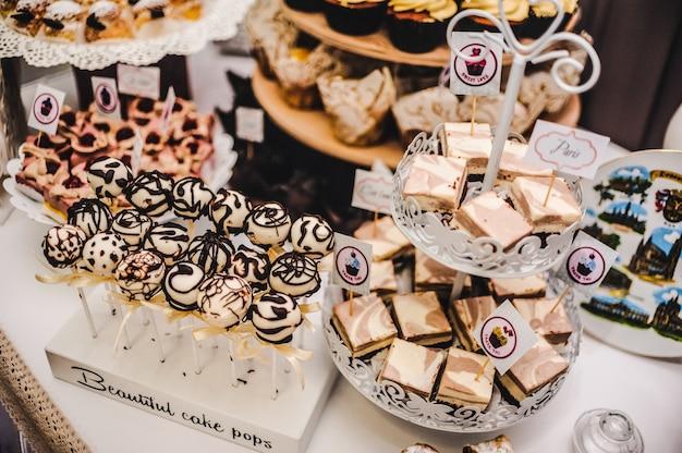Bunter tisch mit süßigkeiten und leckereien für den hochzeitsfeierempfang