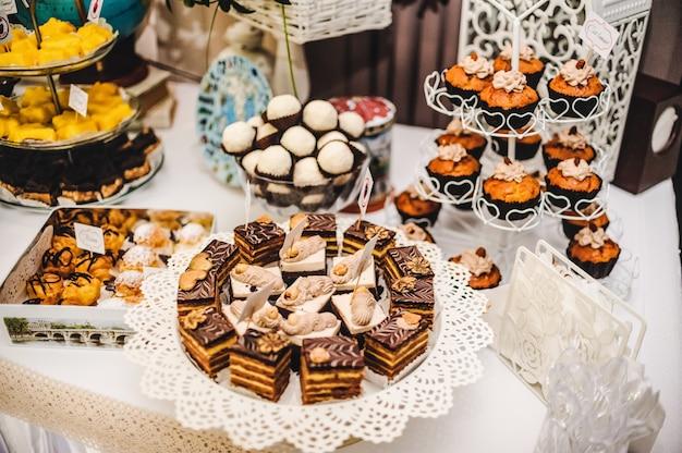 Bunter tisch mit süßigkeiten und leckereien für die hochzeit