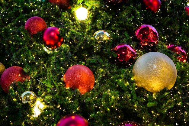 Bunter weihnachtsbaum mit roter u. goldener glocke für hintergrund oder beschaffenheit - guten rutsch ins neue jahr