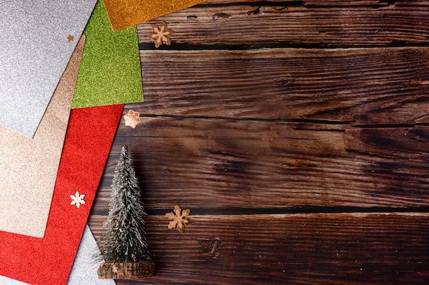 Bunter weihnachtshintergrund für winterferien. bokeh und selektiver fokus.