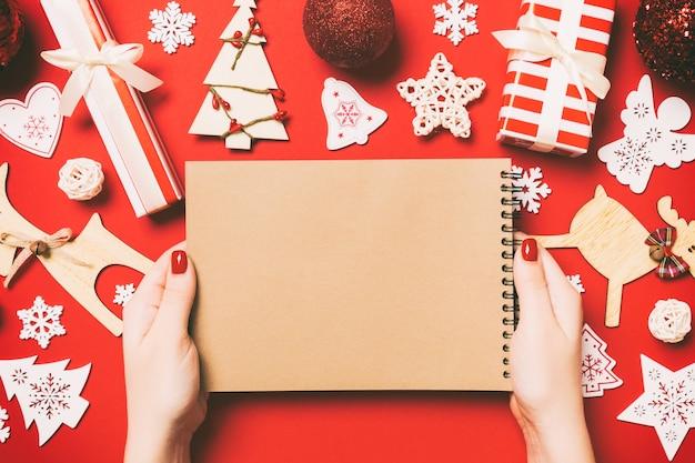 Bunter weihnachtshintergrund mit dekorationen