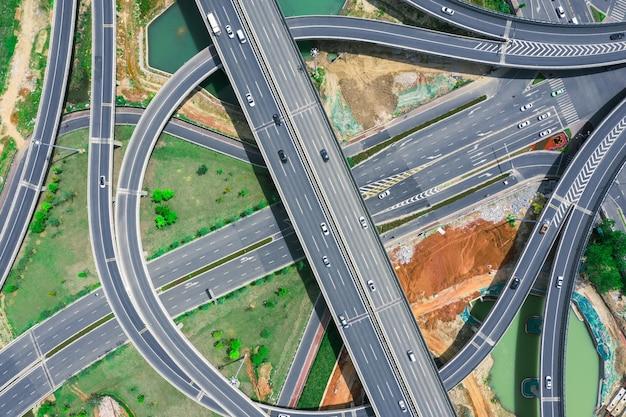 Buntes auto auf der kreuzung kreuzung mit luftbild der fahrzeugbewegung per drohne, stadtverkehr